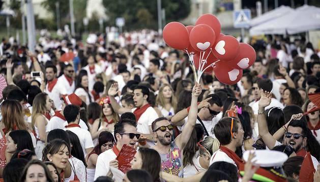 Jóvenes disfrutan de la fiesta de DJ que se celebró el año pasado en el paseo de los Poetas, dentro del día Todo Joven.