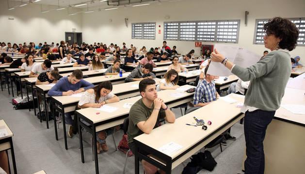Los alumnos que se presentaron a las pruebas de ayer atienden las explicaciones de una de las profesoras antes de comenzar a realizar el examen.