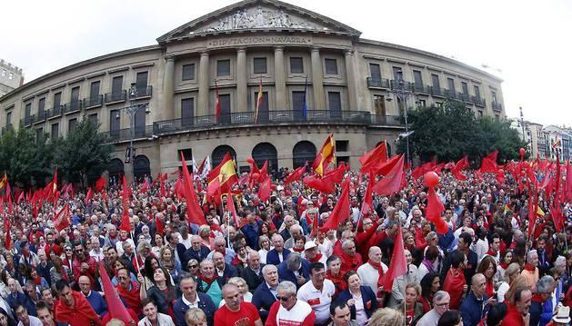 Asistentes a la manifestación  en defensa de la bandera de Navarra, siguiendo el acto final, frente al Palacio de Navarra.