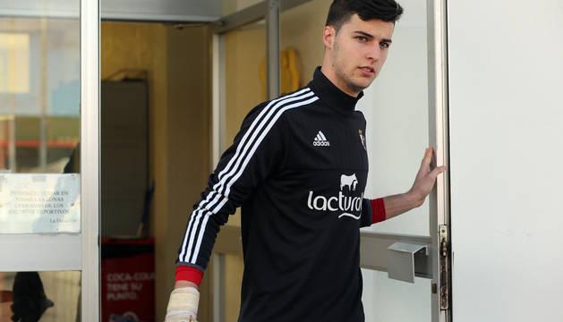 Juan Pérez, abriendo la puerta del edificio de las instalaciones de Tajonar.