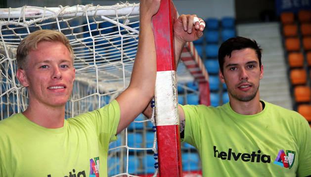 Henrik Nordlander, a la izquierda, y Mikel Aguirrezabalaga, a la derecha, posan en Anaitasuna en el último entrenamiento antes de viajar hoy a León.