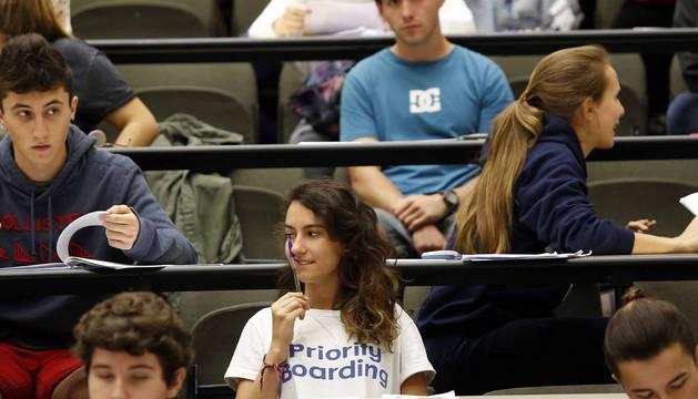 Decenas de jóvenes se examinan en el campus de la UPNA en Tudela de la prueba de acceso a la Universidad (Selectividad).