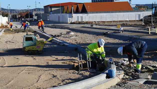 Varios operarios trabajan en las obras de urbanización de la parcela donde se ubicará el instituto.