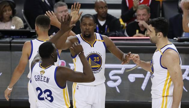 Durant celebra una de las victorias junto a sus compañeros