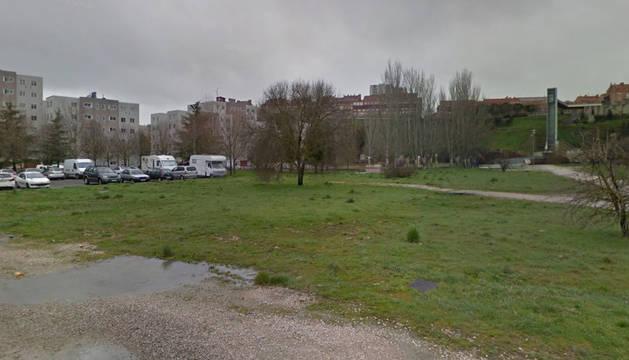 El Ayuntamiento estudiará instalar un gran aparcamiento disuasorio en el Grupo Urdánoz