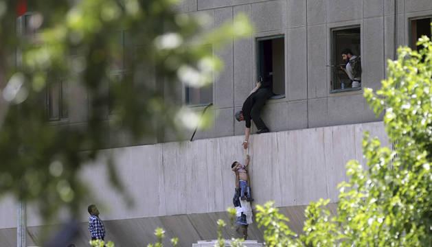 Al menos ocho muertos en dos ataques del Estado Islámico en Teherán