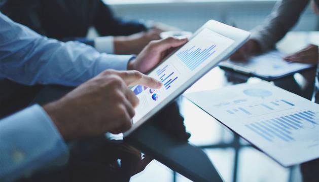foto de gráficos de empresas en una tablet
