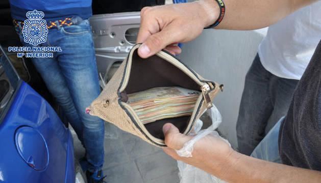La cartera con el dinero recuperado