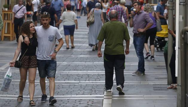 Varias personas pasean por la calle Pozoblanco.