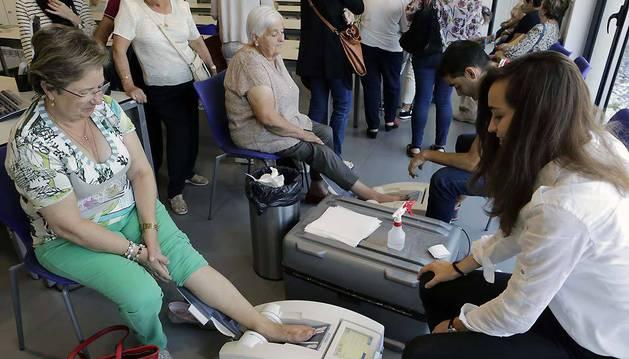 Dos aparatos de ultrasonido practicaron las densitometrías en los huesos calcáneos de los asistentes.
