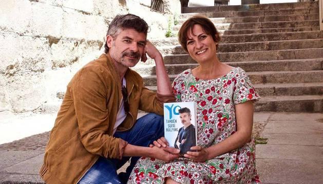 """El actor Nacho Guerreros, el famoso """"Coque"""" de La que se avecina, con la periodista navarra Sara Brun."""