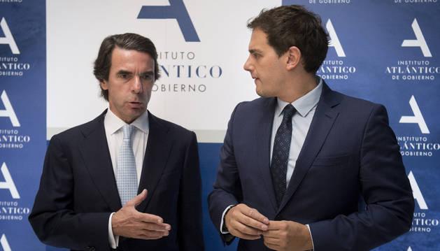 El presidente de Ciudadanos, Albert Rivera (d), acompañado por el expresidente del Gobierno José María Aznar, antes de clausurar la Semana Atlántica.