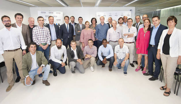 foto de Miembros del Consejo Asesor de Orizont junto a los finalistas.