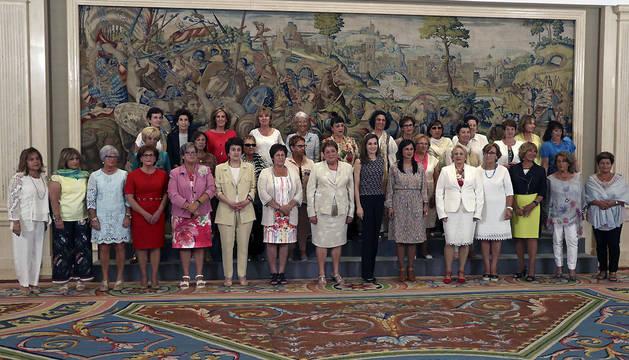 La reina Letizia posa junto a una representación de la Asociación Colectivo de Cultura Popular Alhama, de Cientruénigo, a quienes ha recibido en audiencia en el Palacio de la Zarzuela.