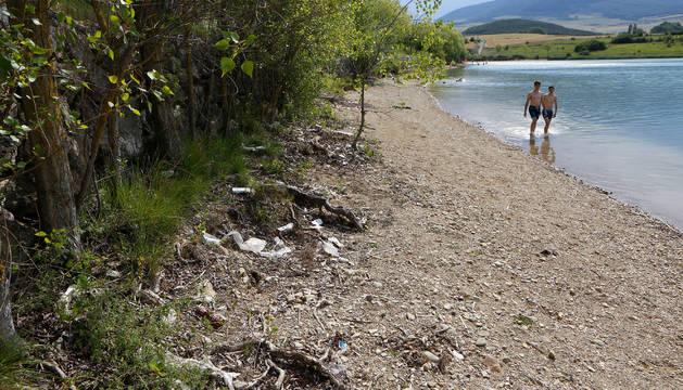 Vista de una de las orillas de la balsa de La Morea, con algunos restos de basura.