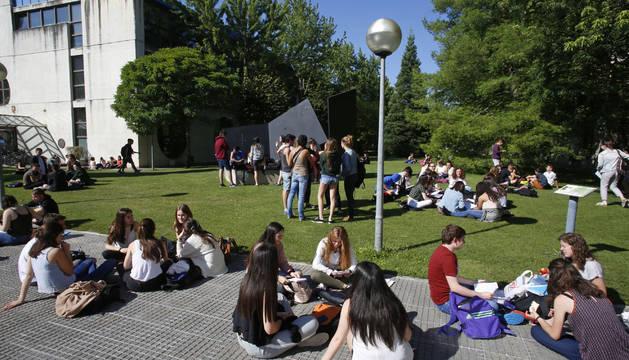 Los alumnos aprovecharon el buen tiempo de ayer para comer y hacer el último repaso al aire libre.