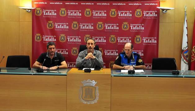 Desde la izda., el concejal Pedro Leralta, el alcalde Arturo Goldaracena; y Javier Mª Pérez, jefe de Policía Municipal de Tafalla.