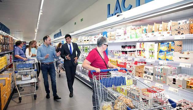 De izda. a dcha., José Ángel Andrés y Ander Arzubia recorren el nuevo supermercado.
