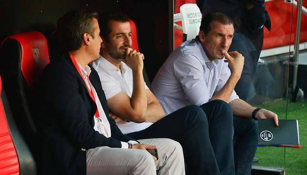 Diego Martínez, ayer en el centro del banquillo, flanqueado por Óscar Arias, director deportivo, y Miguel Ángel Gómez, segundo de Arias y antes de Monchi.