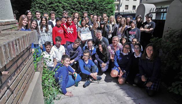 Alumnos de ESO y algunos profesores, en el patio del colegio, antes de enterrar la 'cápsula del tiempo'.