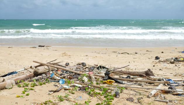 foto de basura en una playa