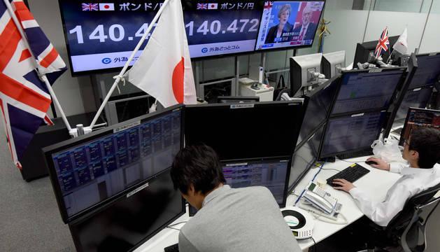 Agentes de bolsa japoneses vigilan la cotización del