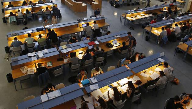 Foto de la biblioteca de la UPNA llena de jóvenes, muchos de Selectividad. En septiembre serán nuevos alumnos.