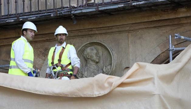 Los operarios junto al retrato de Francisco Franco