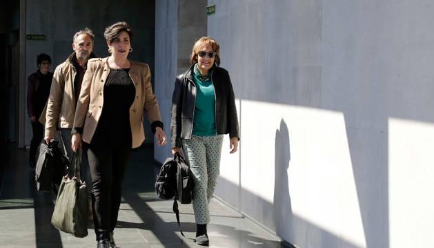 Foto de la consejera de Educación, María Solana, avanza en primer lugar por los pasillos del Parlamento.