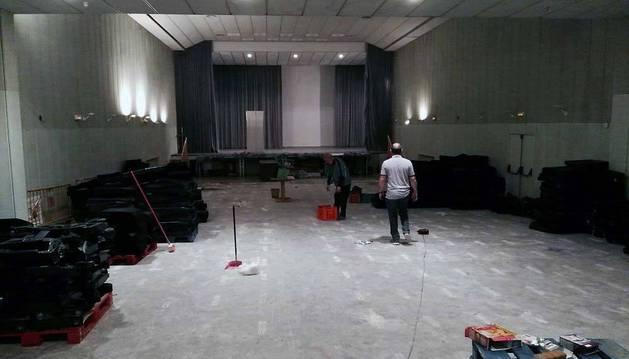 Imagen de la sala del Cine Mikael, después de haber desmontado gran parte de las 480 butacas que tenía y que viajan en estos momentos rumbo a Camerún. Ocho voluntarios de la ong Ayuda Contenedores dedicaron tres días a los trabajos.