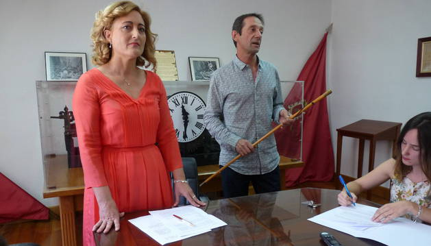 Susana Castanera en espera de recibir el bastón de mando que aún sostenía Javier Munárriz.