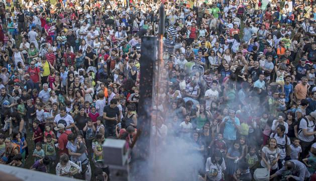 Decenas de familias de la localidad se concentraron ayer a las siete de la tarde bajo el balcón del ayuntamiento para dar comienzo a las fiestas.