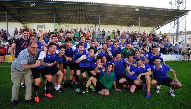 Los jugadores de la Peña Sport festejan la clasificación instantes después de haber marcado el 2-0 definitivo.