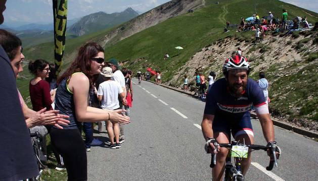 Una espectadora anima a uno de los ciclistas justo antes de llegar al punto de avituallamiento en el alto de Larrau.