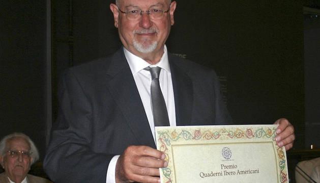 El autor posa con el premio otorgado en Italia