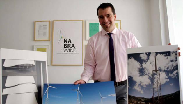Foto de Eneko Sanz, director gerente de Nabrawind Technologies. La estructura de la izquierda representa la unión de una pala modular. A la derecha figura un fotomontaje con la torre autoizable que está previsto que se instale después del verano.