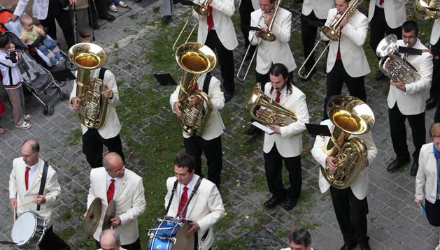 Foto de los músicos de La Pamplona durante la procesión del Corpus que se celebró en 2010.