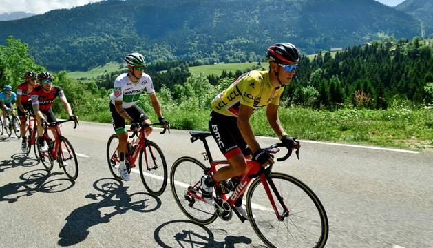 Richie Porte, seguido por su compañero de equipo Nicolas Roche.