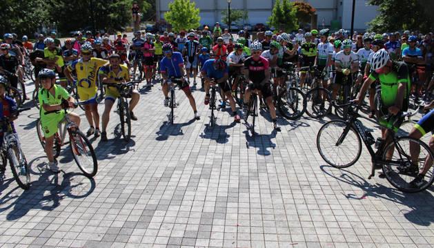 Cerca de 500 ciclistas se concentraron frente al polideportivo de Villatuerta, localidad de David Herreros, fallecido hace una semana.