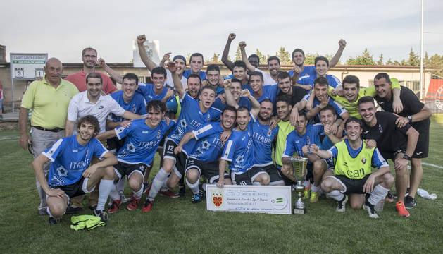 La plantilla del Itaroa Huarte B celebra el triunfo junto a la copa y al cheque de mil euros en material deportivo.