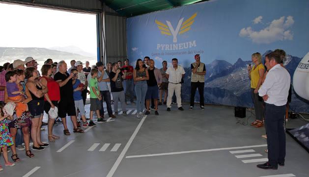 Varios asistentes escuchan las palabras de Maitene Ezkutari, junto al simulador de vuelo.