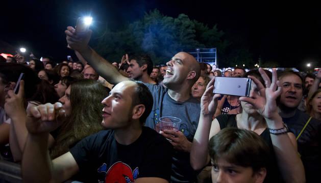Público de diferentes edades acudieron a ver a Loquillo y los demás grupos del festival Salud & Rock and Roll.