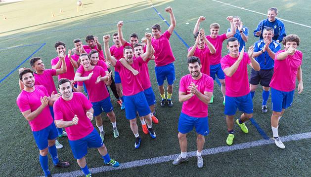 Los jugadores y el cuerpo técnico del Cirbonero posan con gestos de ánimo hacia la grada del campo de San Juan.