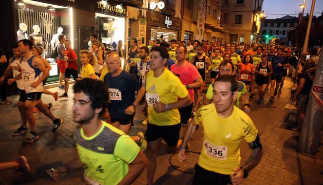 Más de 300 atletas participaron ayer en la V Carrera Nocturna Ciudad de Tudela. En la imagen, los atletas corren por la calle Carrera.