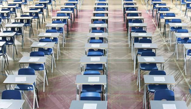 Un aula, preparada para un examen.