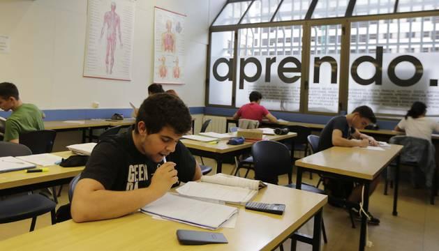 Algunos alumnos con asignaturas suspendidas, el jueves por la tarde en clases de repaso en el centro de estudios 'Aula 2'.