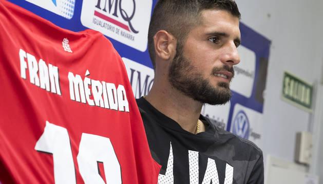 Foto de Fran Mérida, el día de su presentación como jugador de Osasuna hace un año.
