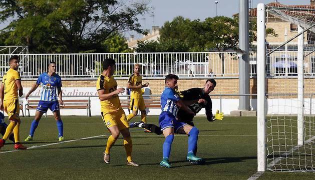 'Becerrica' pugna por el balón con Areitio en la ocasión más clara del Cirbonero en todo el partido, cuando todavía iba 0-0.