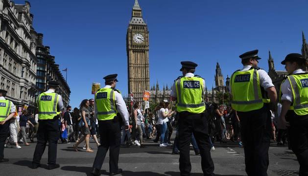 Manifestantes contra el partido Conservador y el DUP en la plaza del Parlamento
