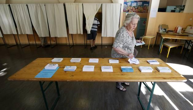 Las mesas con las papeletas dispuestas para votar